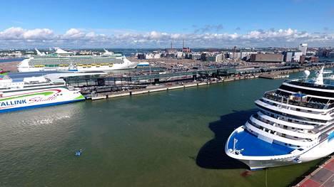 Matkustajalaivat Norwegian Cruise Line Corporation varustamon alus Marina (oik), Tallink Megastar ja taustalla Holland America Line varustamon alus Navigator of the Seas Länsisatamassa Helsingissä 4. heinäkuuta 2017.