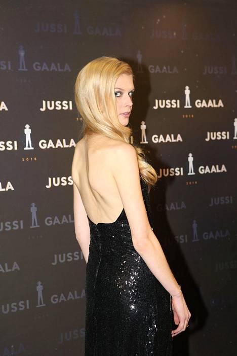 Alina Tomnikovin selkämys oli hänen näyttävässä iltapuvussaan avoin.
