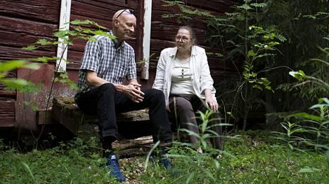 Pekka Lylykorpi ja Leena Larva istuvat vanhan aitan portailla Metsäkylässä. Näiltä tienoilta Leenan isän perhe pakeni, kun punaiset polttivat heidän kotitalonsa keväällä 1918. Pekan isoisä Vilho kuului punakaartiin.