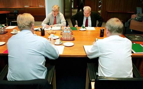 EK:n johtaja Seppo Riski (takana vas.), Kunnallisen työmarkkinalaitoksen työmarkkinajohtaja Jouni Ekuri, SAK:n puheenjohtaja Lauri Ihalainen (selin vas.) ja STTK:n puheenjohtaja Mikko Mäenpää neuvottelivat marraskuussa 2004.