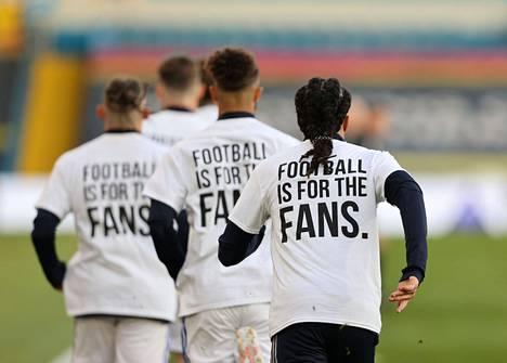 Myös Leedsin pelaajat ottivat paidoillaan kantaa jalkapallomullistukseen.