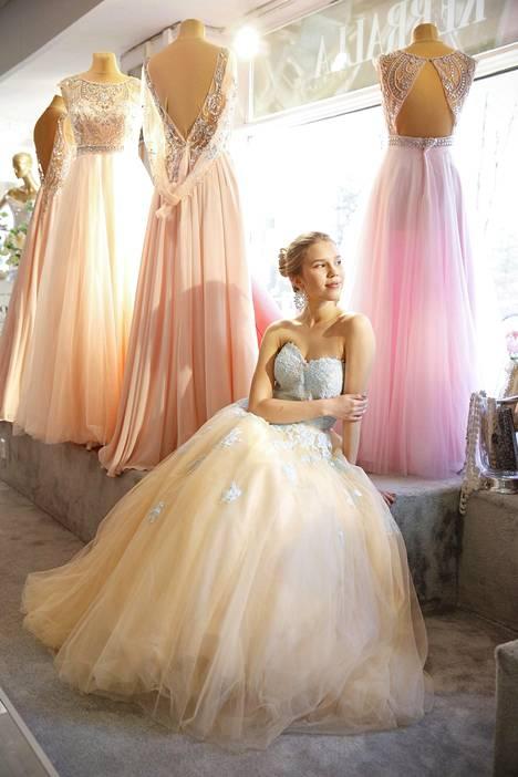 MyStyle vieraili viime vanhojen tanssien aikaan juhlapukuliike Meslewissä. Uutena mekot maksavat satoja euroja.