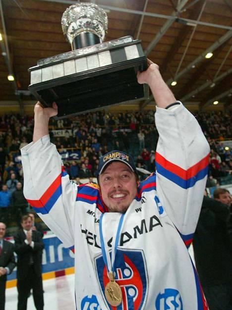 Janne Ojasen riemua, kun Tappara kellisti Kärpät finaalisarjassa 7. huhtikuuta 2003.