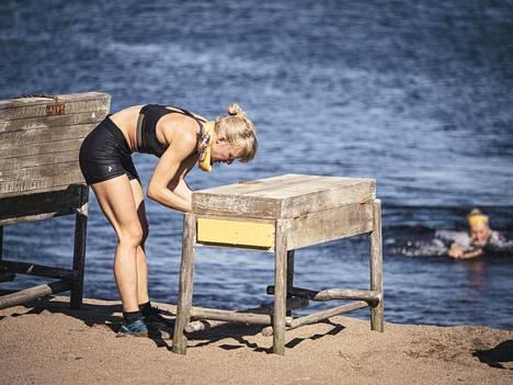 Sara Vanninen ei pärjännyt Selviytyjien kilpailuissa niin hyvin kuin oli etukäteen ajatellut. Bloggaaja on juossut maratonin ja treenaa aktiivisesti, mutta raju vatsatauti vei kaikki hänen voimansa niin, ettei hankalista kisoista tullut mitään.