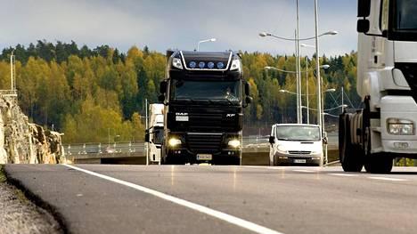 Raskaan liikenteen tienkäyttömaksujen käyttöönotosta sovittiin poliittisesti ensin hallitusohjelmassa ja myöhemmin vielä uudelleen vuoden 2017 puoliväliriihessä. Myös kevyen kaluston tienkäyttömaksuista on keskusteltu runsaasti, mutta päätöksiä asiasta ei ole saatu aikaan.