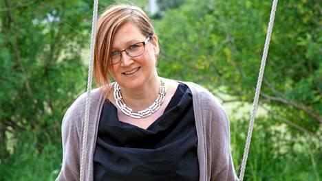 Laura Mäkinen kertoi viime kesänä vaihtaneensa nuupahtaneen liiton 15 vuotta nuorempaan mieheen ja nimitti itseään Palopuron puumaksi emännöimänsä hostellin mukaan. – Tänne tuli vanhempia miehiä katsomaan, että täälläkö se Palopuron puuma on.
