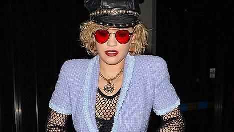 Laulaja Rita Ora kuvattiin uudessa hiustyylissä ja asusteissa, jotka voisivat olla 80-luvulta.