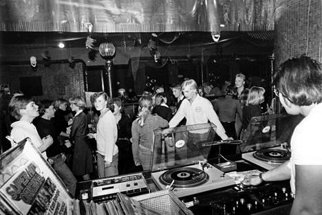 Varsinainen diskomusiikki saapui vasta 70-luvun puolivälissä. Disco 33:ssa Hämeentiellä soi vuonna 1977 Super Hits Original.