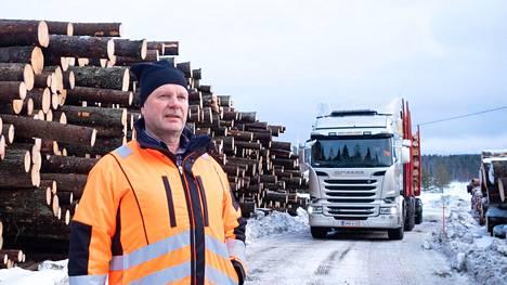 Metsäkoneyrittäjä Simo Kuittinen ajoi Nurmeksessa savotalle polttomoottorilla, kuten hänen metsäkoneenkuljettajansa. –Meidän työmailla ei ole sähköautojen latauspisteitä, hän sanoo. Polttomoottoriautojen kieltäminen tekisi työnteosta vaikeaa.
