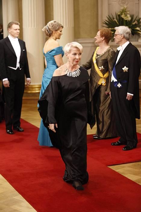 Presidentti Tarja Halosen pukusuunnittelija Ilona Pelli herätti käytöksellään huomiota Linnan jatkoilla.