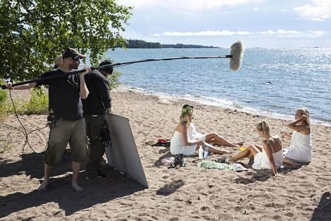 Tulevaa Tuhmat tädit -nettisarjaa kuvattiin viime viikolla Espoon Mellstenin rannalla.