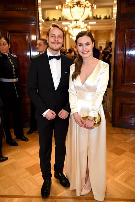 Sanna Marin ja Markus Räikkönen Linnan juhlissa vuonna 2018. Kuvassa Marinilla on päällään sama puku, jossa hän meni naimisiin. Puvun on suunnitellut Anni Ruuth.