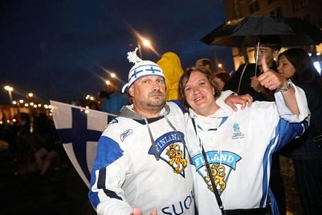 Mikin ja Sarin ilta huipentui uintireissuun Havis Amandalla. Mikin päässä oli kudottu Suomi-pipo, jonka oli tehnyt hänen kaverinsa.