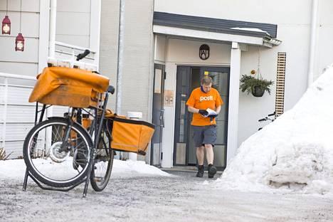 Oululainen postimies Jouni Salo pistää silmään katukuvassa. Hän pukeutuu kannossa talvellakin t-paitaan ja sortseihin!