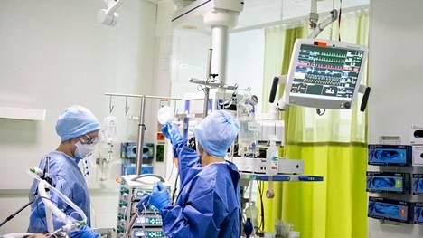 Kaksi tutkimusta selvitti, miksi miehet ja ikääntyneet ovat alttiita koronaviruksen aiheuttaman taudin vaikealle muodolle. Kuva koronapotilaan tehohoidosta Jorvin sairaalasta Espoosta.