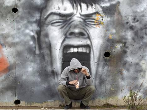 Miehen kahvihetki kreikkalaisessa Kalamattan kaupungissa. OECD sanoo ennusteessaan, että euroalueella saatetaan yhä tarvita lisätoimia.