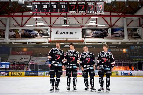 Mikko Kalteva (vas.), Ossi Louhivaara, Jarkko Immonen ja Jani Tuppurainen jättivät hyvästit JYPille niiden mestaruusviirien alla, joita ovat itse olleet hankkimassa.