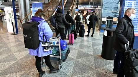 Matkustajia Helsinki-Vantaan lentoasemalla Vantaalla 9. huhtikuuta.