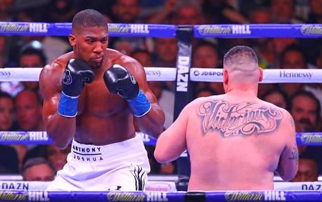 Raskaansarjan mestaruusvöitä tällä hetkellä hallitseva Anthony Joshua (vas.) uskoo Mike Tysonin paluuottelun olevan nyrkkeilylle hyväksi.
