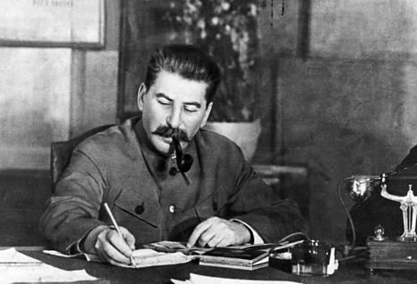 Stalin teki siirtonsa kylmän harkitsevasti. Muun maailman tilanne vaikutti Suomen kohtaloihin.