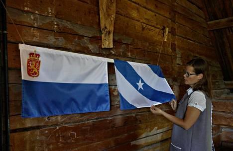 Sakari Topeliuksen kotimuseo Kuddnäsin ullakolla on kaksi Topeliuksen ideaa Suomen lipuksi jo 1860-luvulta.