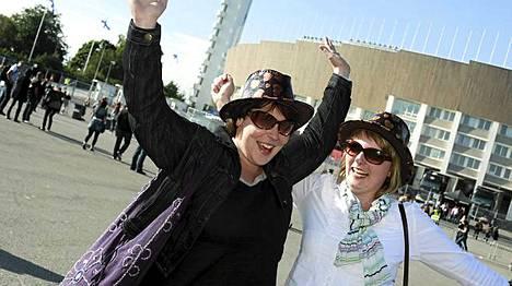 Anne Päivärinta ja Hanna Aliranta lähtivät iltapäivällä Vilppulasta Helsinkiin. Koko bussimatkan ajan naiset kuuntelivat Madonnan kappaleita. He odottivat illan keikalta erityisesti Lika A Prayer –kappaletta.
