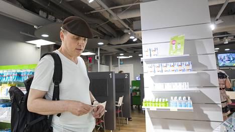 Kimmo Tolsa toivoo, että apteekissa on hänen tarvitsemaansa lääkettä.