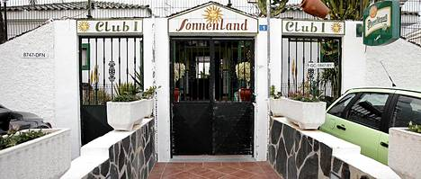 Tämän hotellin pihalla Jamppa joutui tappeluun irlantilaisperheen kanssa.