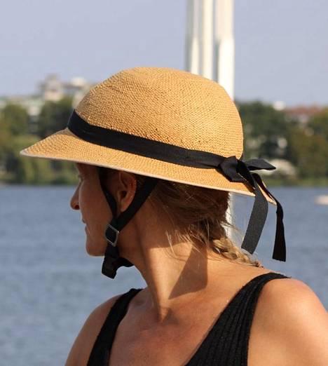 Olkihattua muistuttava kypäränpäällinen on tyylikäs valinta, kun polkaiset hellepäivänä uimarannalle.
