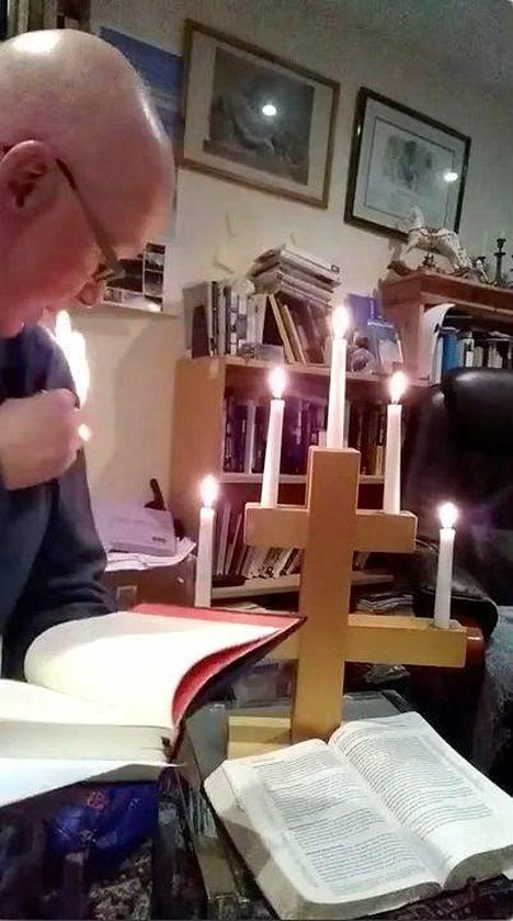 Pastori Stephen Beach videolta otetussa kuvakaappauksessa.