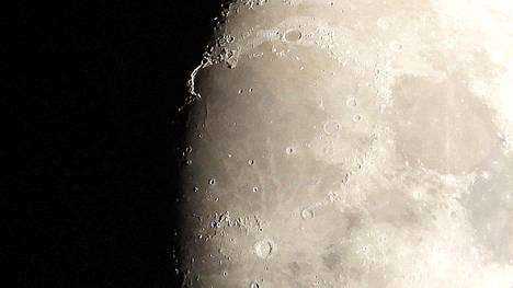 Kultainen kädensija kuun pinnalla