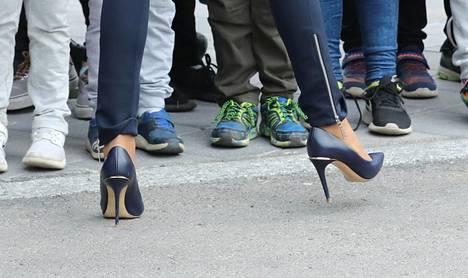 Brigitte Macron vaihtoi aamuiset piikkikorot käytännöllisempiin kenkiin.