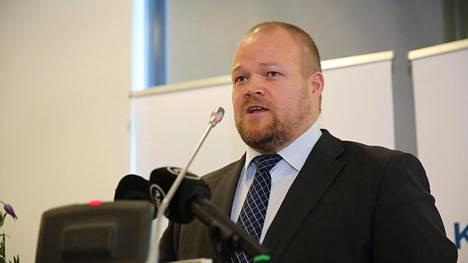Puoluesihteeri Janne Pesonen ei ole huolissaan kahdesta tunnetusta nimestä, jotka ovat hiljan eronneet kokoomuksesta. Pesosen mukaan kokoomuksen on viime ja tänä vuonna liittynyt enemmän ihmisiä kuin puolueesta on eronnut.
