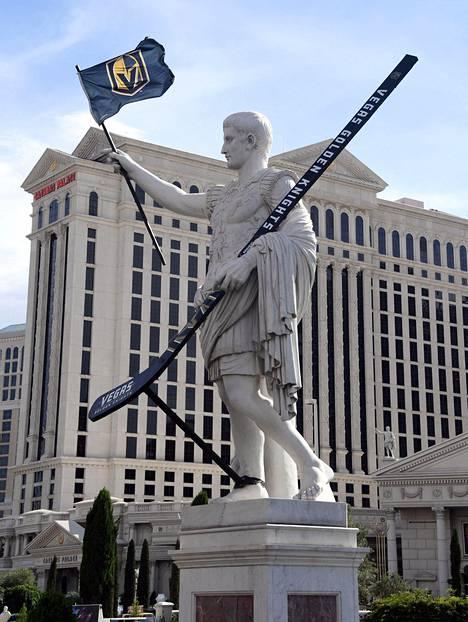 Caesars Palace -kasinon edessä oleva Julius Caesarin patsas on saanut jättimäisen lätkämailan.