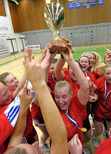 Annamari Jääskeläinen nostaa pokaalia, kun HIFK:n pelaajat juhlivat naisten käsipallomestaruutta 2012.