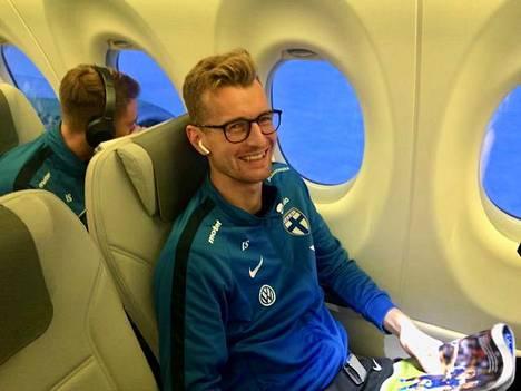 Maalivahti Lukas Hradecky oli leppoisalla tuulella lentokoneessa.