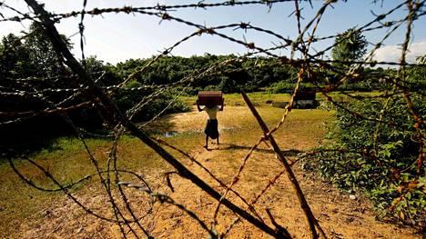Rohingya-mies lähestyy Myanmarin ja Bangladeshin välistä rajaa Bandarbanissa 29. elokuuta 2017.