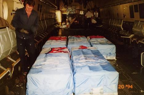 Viimeinen matka operaatiosta kotiin. Väijytyksessä surmatut nepalilaiset YK-sotilaat kuljetettiin sinkkiarkuissa kotimaahan.