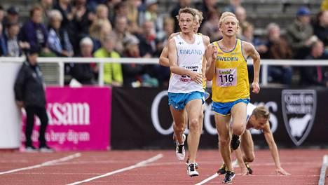 Jarkko Järvenpää (taustalla) meni nurin, mutta taisteli maaliin.