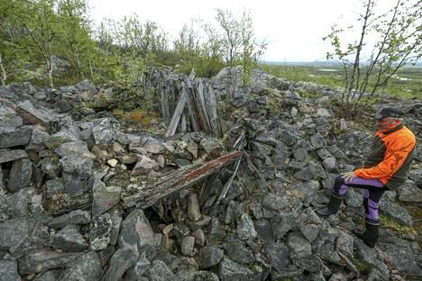 Saksalaiset miinoittivat Sturmbock-aseman korsut vetäytyessään. Suomalaiset joutuivat purkamaan miinoitteet kasapanoksin. –Kukaan ei tiedä, mitä tämän kasan alla on, museo-opas Reijo Mannela toteaa.