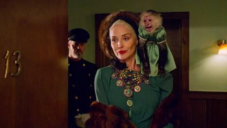 Sarjassa nähdään myös nimekkäitä vierailevia tähtiä: Sharon Stone esittää erikoista perijätärtä Lenore Osgoodia.