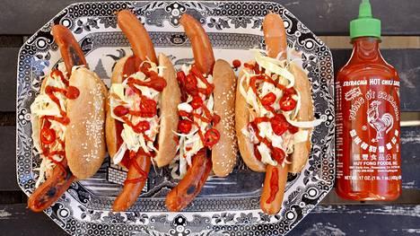 Chorizo-hodarit viimeistellään sriracha-kastikkeella.