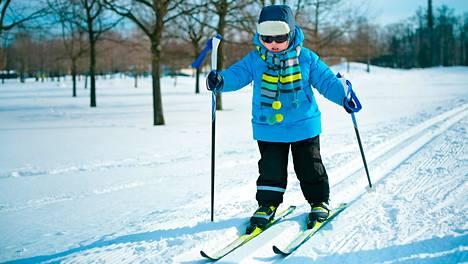 Kun sukset ovat oikean mittaiset, lapsen into hiihtää säilyy.