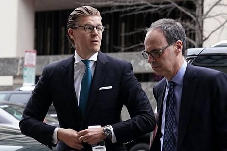 Asianajaja Alex van der Zwaan (vas.) kuvattiin keväällä 2018, kun hän saapui Washingtonissa oikeuteen.