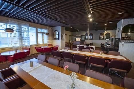 Tupakanpolttamat pöydät viestivät ajasta, jolloin baarissa istuttiin savukkeet käryten.