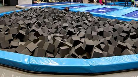 Muun muassa tällaiseen vaahtomuovialtaaseen voimistelijat voivat harjoitella temppuja turvallisesti, tosin eivät Tokiossa. Kuva Tampereelta SuperParkista.