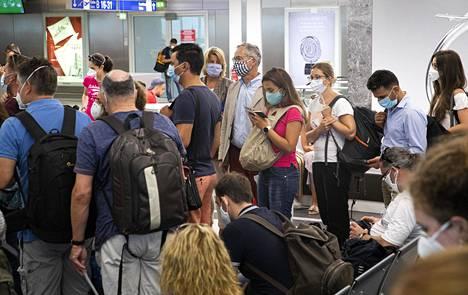 Turvavälit unohtuivat kun koneeseen nouseminen alkoi Ateenan lentokentällä. Tämä kuva havainnollistaa ongelman, joka lentomatkustamisella on korona-aikana.