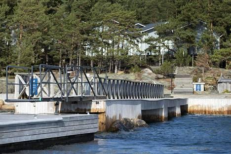 Airiston Helmen omistaman kiinteistöjen yhteydessä on laitureita ja helikopterikenttiä. Kuva Säkkiluodon saaresta.