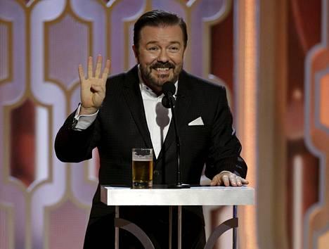 Koomikko Ricky Gervais juonsi Golden Globet nyt neljännen kerran. Hän vitsaili ennen gaalaa aikovansa juontaa humalassa, jotta uskaltaa laukoa kaikki ilkeät vitsinsä. Hänellä olikin olut tuoppi nenänsä alla monologinsa aikana.