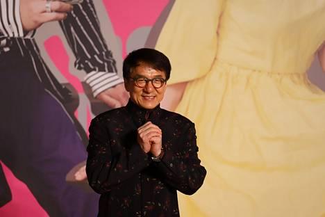 Chan on maailman tunnetuimpia toimintatähtiä ja hänellä arvioidaan olevan noin 400 miljoonan euron omaisuus. Chan on tukenut tytärtään taloudellisesti, mutta ei halua olla hänen kanssaan missään tekemisissä.